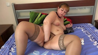 A super-sexy bbw shakes her sweet pawg and makes herself deep vaginal fisting. A homemade fetish of ginormous fur covered honeypot and widely opened cunt.